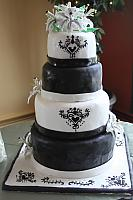 BlackAndWhiteWeddingCakeWithStarGazerLilies