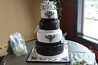 BlackAndWhiteWeddingCakeWithStarGazerLilies2